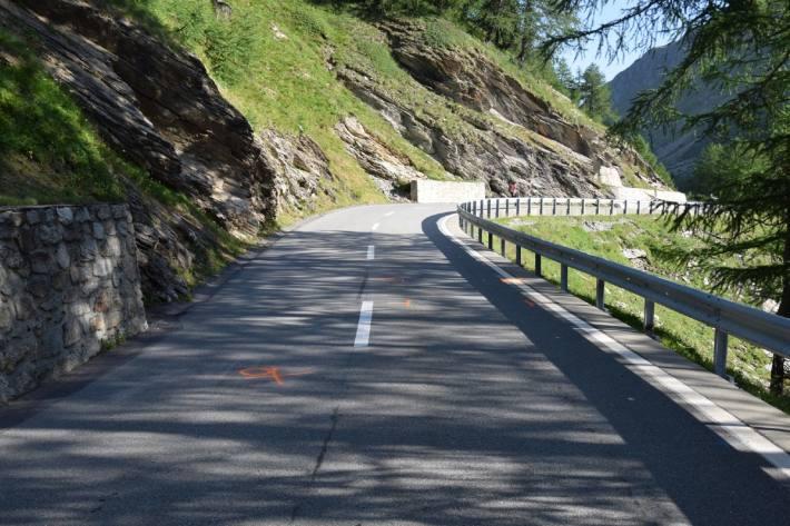 In Poschiavo GR ist ein Rennvelofahrer schwer verunfallt.
