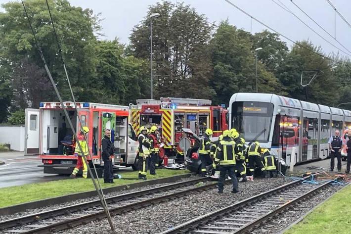 Zwei eingeklemmte Pkw-Insassen nach Zusammenstoß mit Straßenbahn