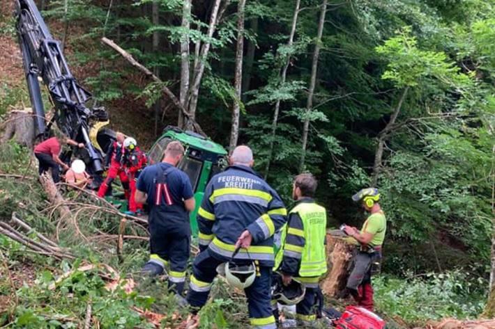 Der Fahrer wurde unbestimmten Grades verletzt und wurde mit dem Hubschrauber RK1 mittels Winde geborgen
