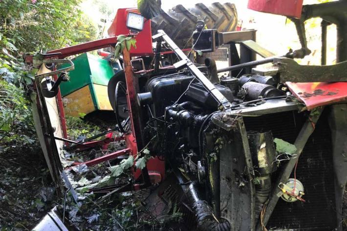 Der Traktor kam ca 70 Meter unterhalb der Absturzstelle total beschädigt zum Stillstand