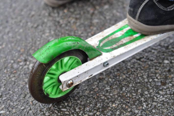In Pfäffikon SZ ist gestern ein Kind auf einem Kickboard angefahren und verletzt worden. (Symbolbild)