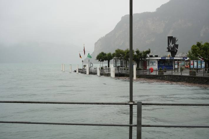 Der Seepegel steigt auch bei Flüelen UR weiter an.