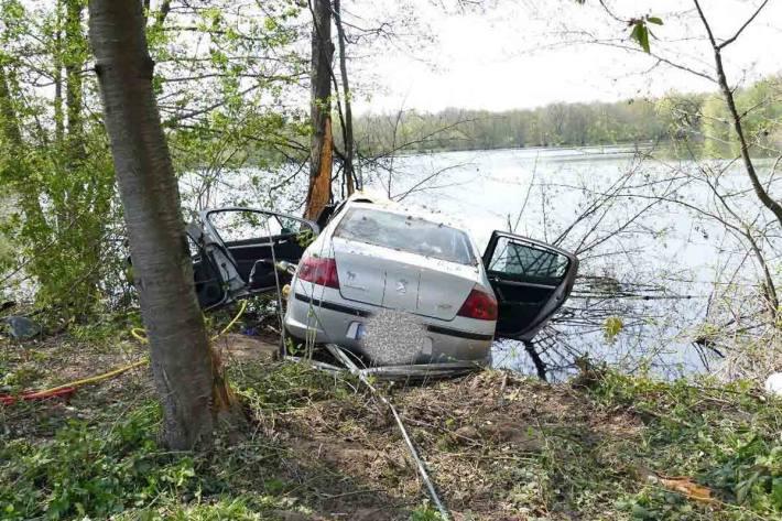 Fahrzeugführerin alleinbeteiligt in Teningen verunfallt