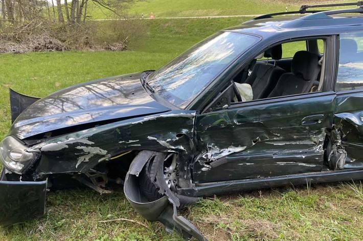 In Sulz kollidierten zwei Fahrzeuge im Ausserortsbereich frontal