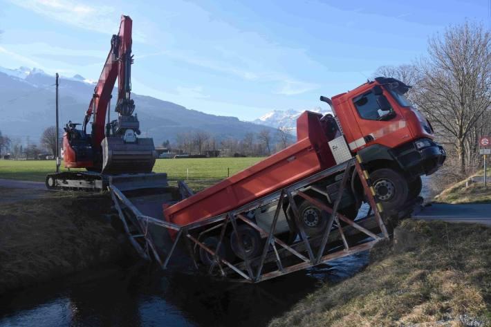 In Sevelen SG ist eine Brücke unter der Last des Lastwagens eingebrochen.