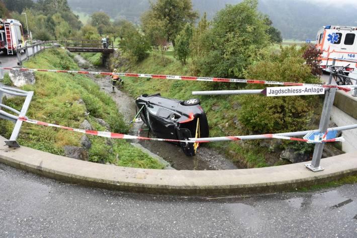 Heute ist in Domat/Ems GR ein Auto in ein Bachbett gestürzt.