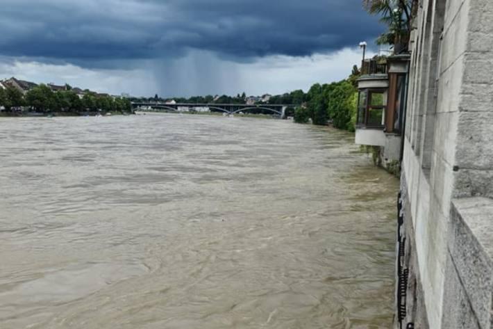 Der Rhein ist in Basel massiv angestiegen.