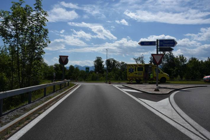 Vier Personen verletzten sich gestern bei diesem Verkehrsunfall bei Rapperswil-Jona SG.