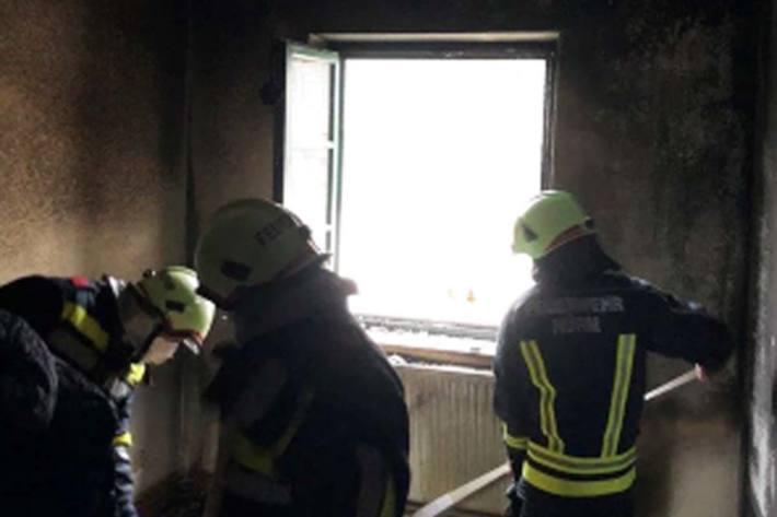 Der Mieter hat sich aufgrund der schnell fortgeschrittenen Brandentwicklung durch einen Sprung aus einer Höhe von etwa 4,35 Meter aus dem Fenster ins Freie gerettet