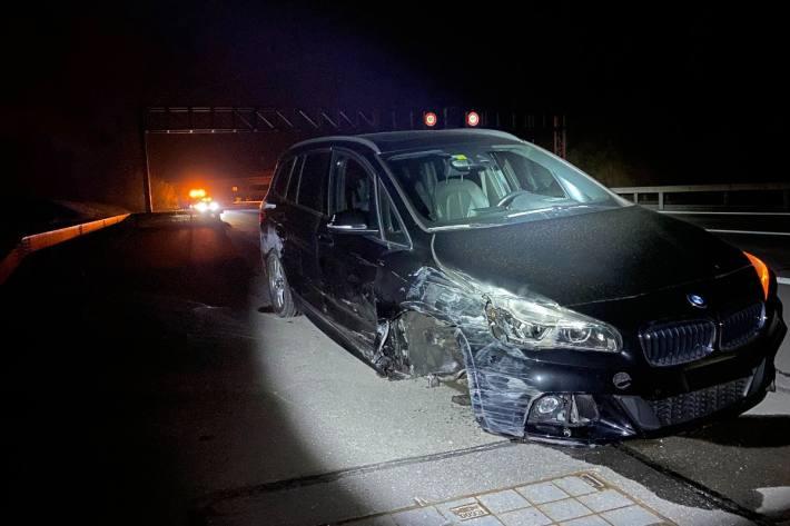 In Cham ZG kam es heute morgen früh zu einem Unfall, dabei hat ein Auto ein Rad verloren.