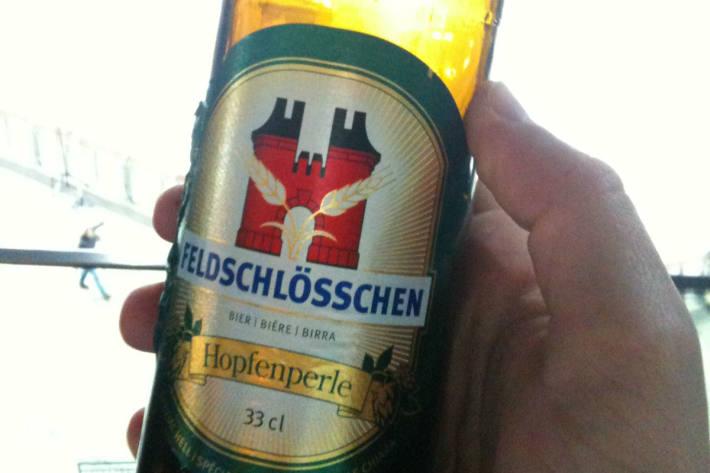 Mit einer Bierflasche hat ein 41 Jahre alter Mann eine Kölnerin am Montagnachmittag attackiert und schwer verletzt (Symbolbild)