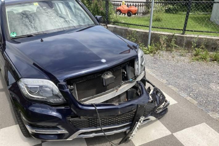 In Bilten GL kam es zu einem Unfall zwischen Auto und Lastwagen.
