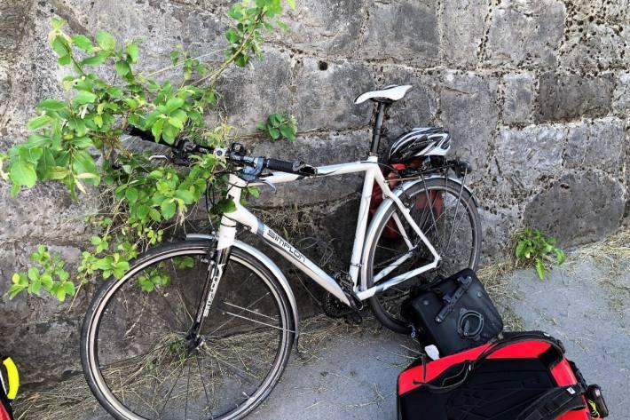 Der Velofahrer musste nach dem Unfall heute in Glarus ins Spital gebracht werden.