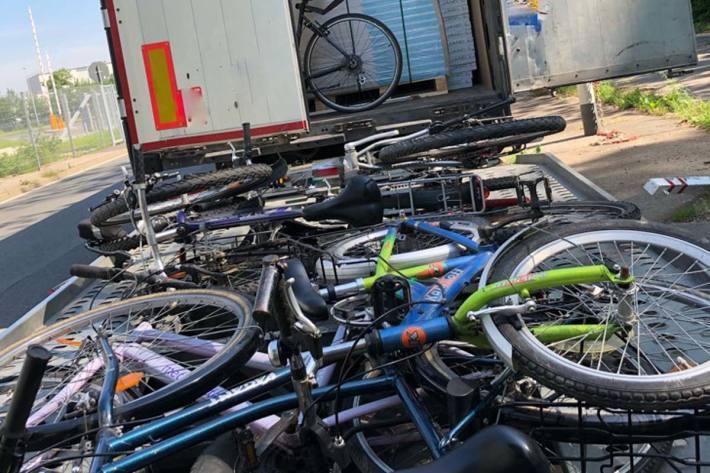 Herbeigerufene Polizisten überprüften stichprobenartig einige der Fahrräder und konnten hierbei auch ein als gestohlen gemeldetes Fahrrad auffinden
