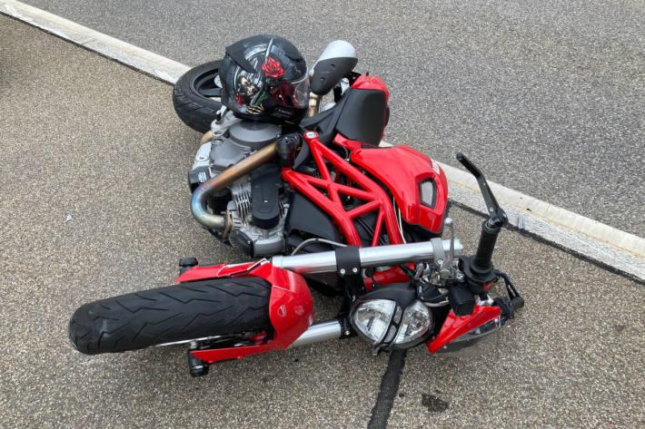 Mit Motorrad in Brückengeländer geprallt bei Bilten