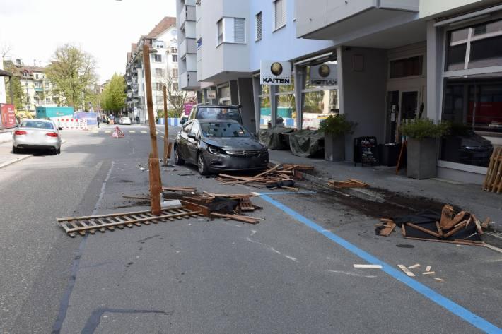 Ein Bild der Verwüstung gestern nach einem Selbstunfall in der Stadt Luzern.
