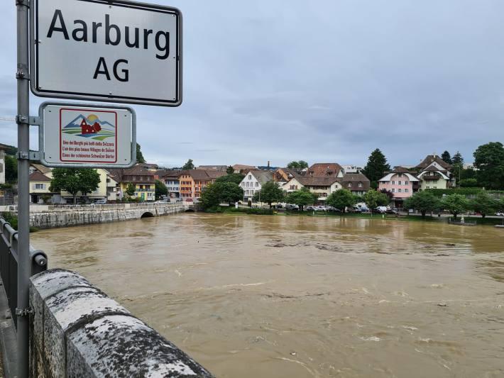 Die Aare führt in Aarburg AG viel Wasser.