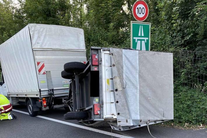 Sachentransportanhänger kippt auf die Seite in Muttenz