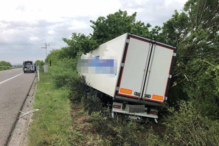 Lastkraftwagen kommt auf der Autobahn A1 von Fahrbahn ab