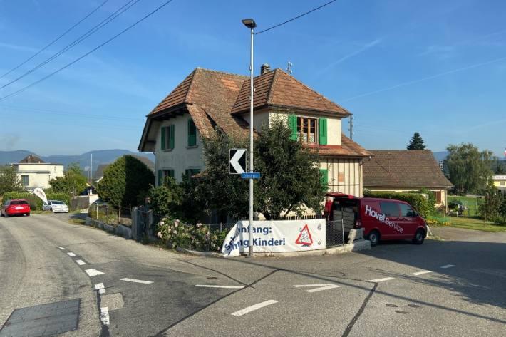 Der Gartenzaun war heute morgen beim Haus in Riken AG niedergedrückt.