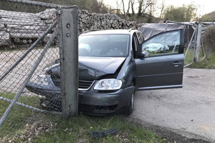 Der Fahrzeuglenker und seine Beifahrerin konnten in Schaffhausen das Fahrzeug alleine und unverletzt verlassen