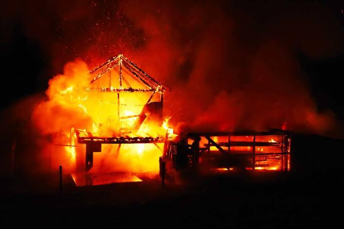Brand in Autounterstand in Schänis ausgebrochen