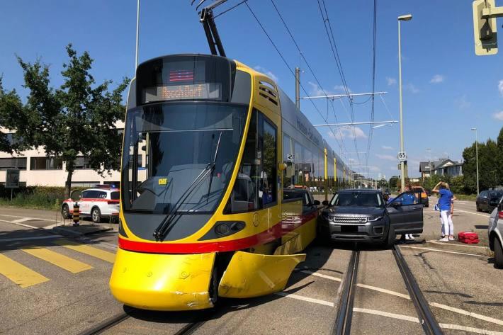 In Reinach BL kam es gestern zu einer Kollision zwischen Tram und Auto.