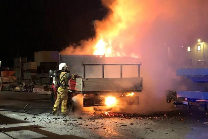 In San Vittore GR brannte gestern ein Lieferwagen und eine Baumulde.