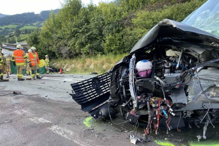 Es wurden bei diesem schweren Verkehrsunfall 5 Personen unbestimmten Grades verletzt