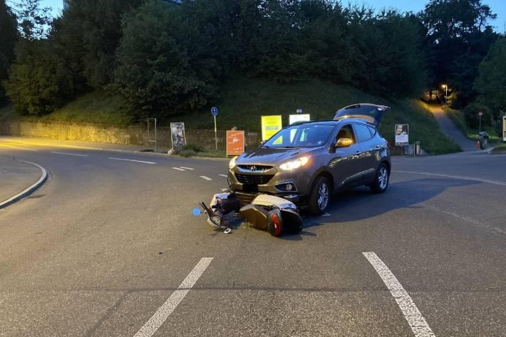 In Neuhausen am Rheinfall SH ist gestern ein Rollerfahrer von einem Autofahrer übersehen worden.
