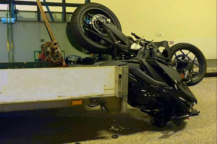 Die Motorradlenkerin prallte bei Liestal BL frontal in das Heck des Lieferwagens.