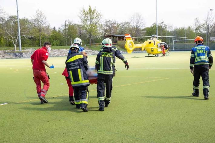 Der schwer verletzte Bauarbeiter wurde in weiterer Folge vom Rettungshubschrauber in eine Spezialklinik geflogen