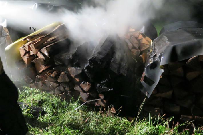 Der Holzstapel brennt.