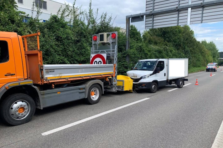 Transporter kracht gegen Anpralldämpfer auf der H4 in Schaffhausen