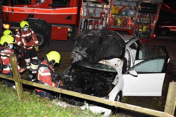 Brennendes Auto von Anwohnern in Uznach gelöscht