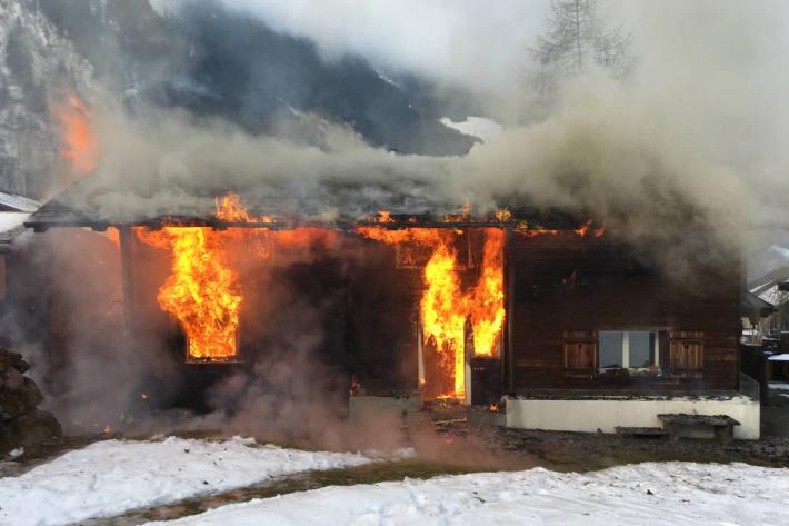 Doppeleinfamilienhaus in Engi komplett nieder gebrannt