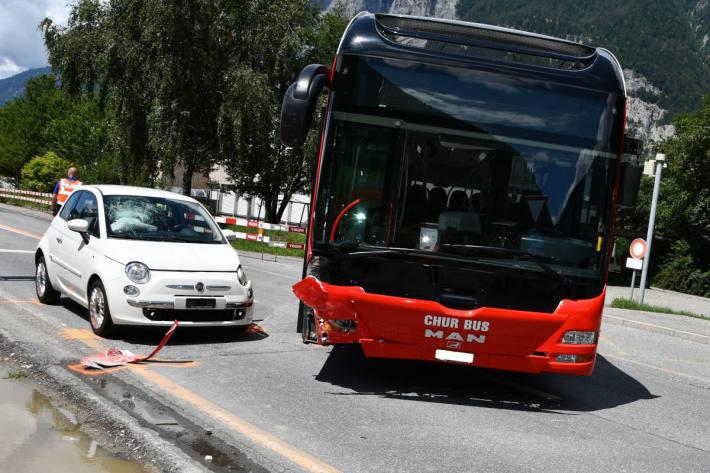 Unfall zwischen Bus vu Chur und Auto in Chur