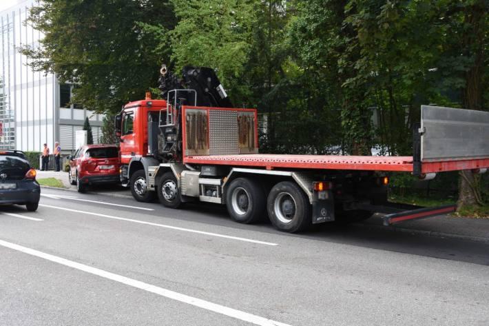 Der Lastwagen ist bei Rapperswil-Jona in das Auto geprallt.