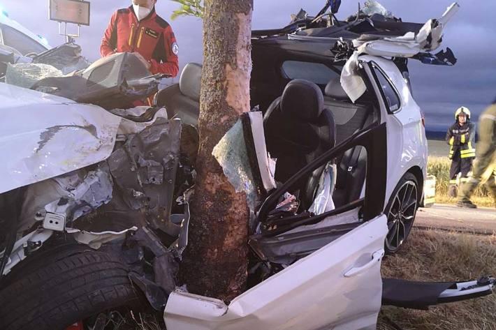 Schwerer Pkw-Crash gegen Baum