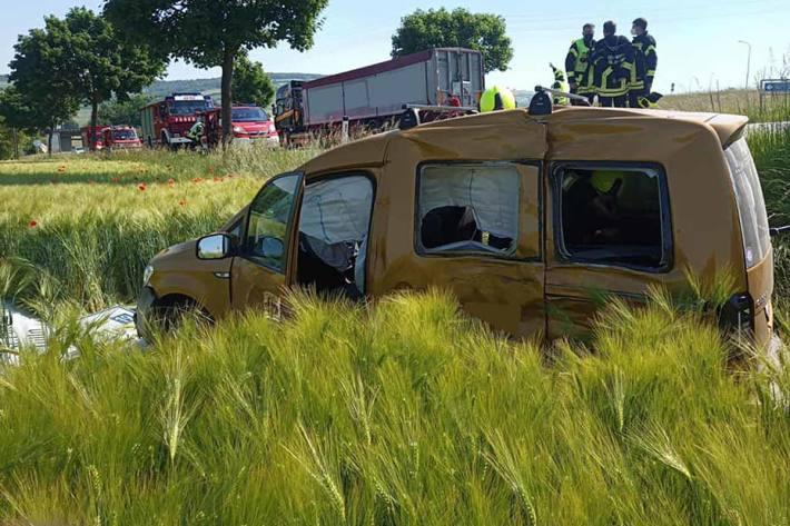 Nach der polizeilichen Aufnahme wurde das Fahrzeug geborgen, gesichert abgestellt und die Straße gereinigt