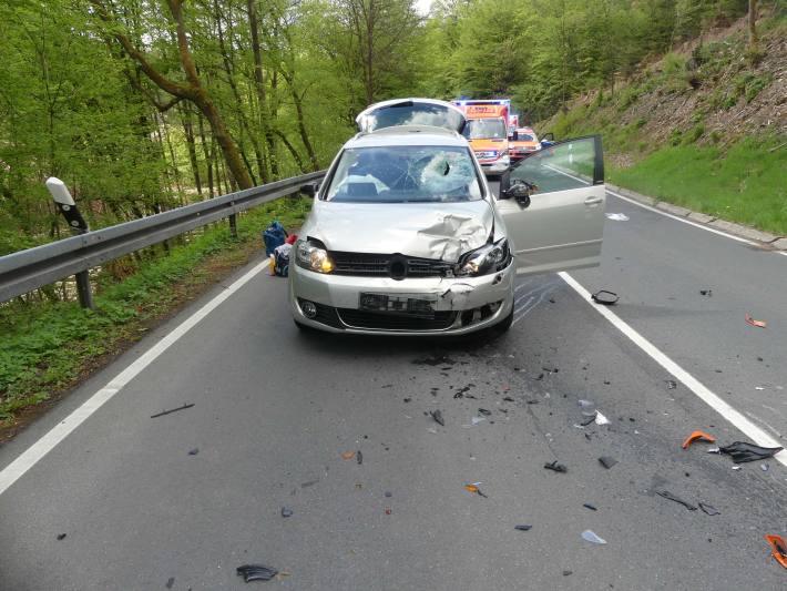 Drei Verletzte bei Frontalzusammenstoß zwischen Auto und Motorrad