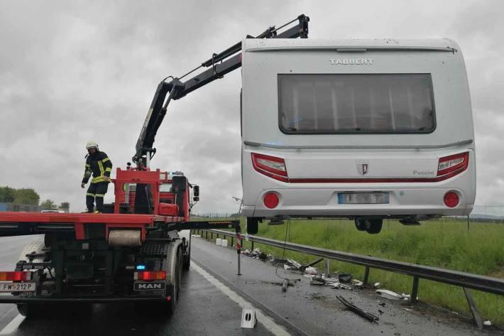 Unfall mit mehreren beteiligten Fahrzeugen auf der Autobahn