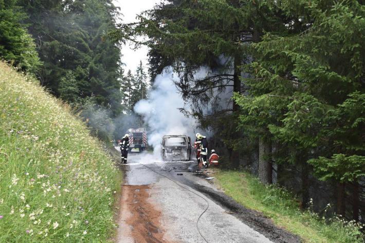 Löscharbeiten am brennenden Fahrzeug bei Poschiavo
