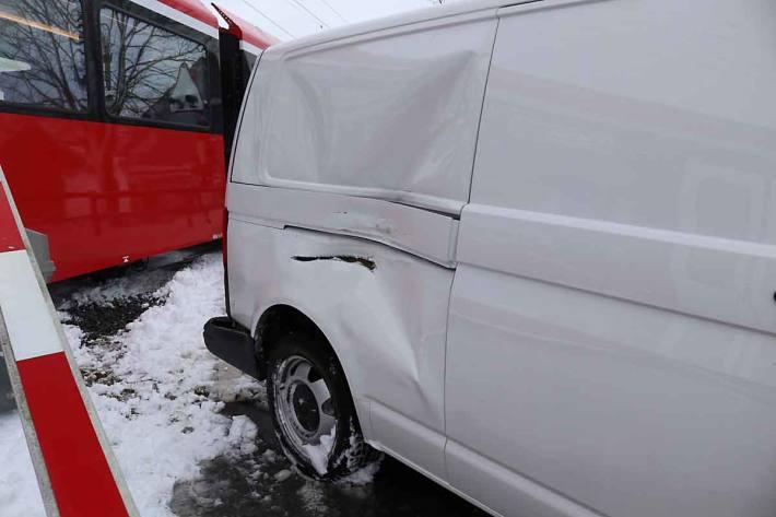Der Zugführer leitete in Gonten unverzüglich eine Vollbremsung ein, konnte jedoch eine heftige Kollision nicht mehr verhindern