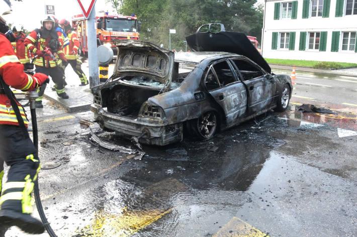 Auto während der Fahrt in Brand geraten