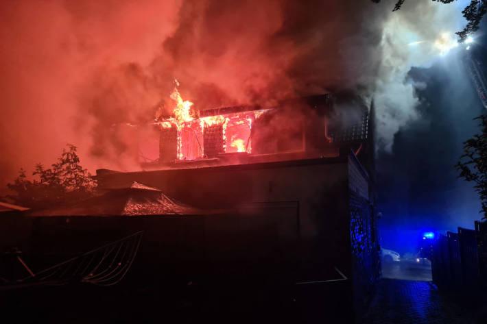 Wohnhausbrand fordert zwei verletzte Personen