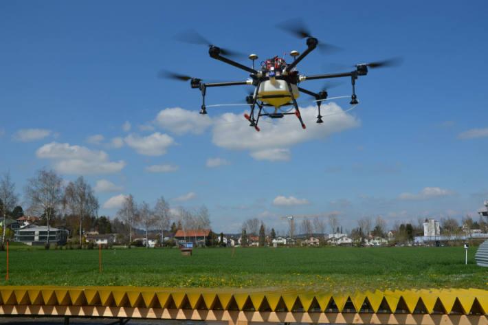 Drohne auf dem Prüfstand für die Messung der Querverteilung.