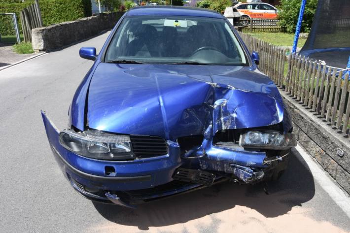 In Weite SG baute ein junger Autolenker einen Totalschaden.