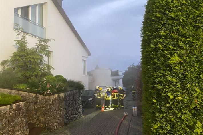 Zwei Personen mussten heute in Bellikon AG nach einem Brand hospitalisiert werden.