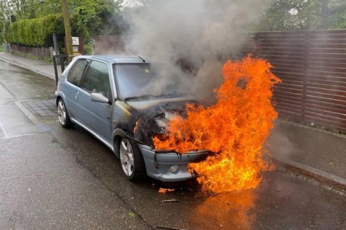 Beim Brand in Rorschach SG von heute, wurde das Auto total zerstört.